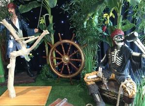 Location de décor pirate (squelette, statue jack sparrow, moquette-gazon